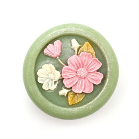 Sapun natural cu castravete kale menta spirulina si decorat cu flori de primavara