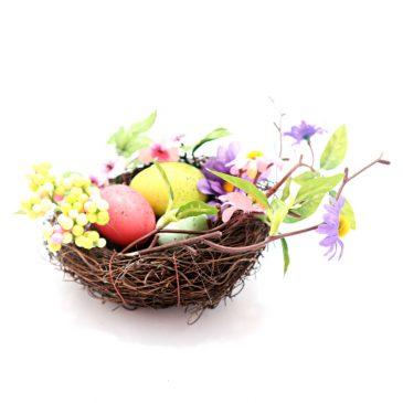 Aranjament masa de Pasti cu oua si flori